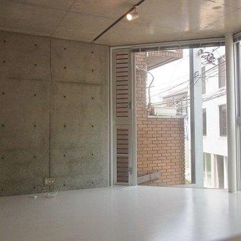 角部屋なので窓がとても大きくて開放感があります。※2階別部屋同間取りの写真です。