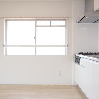 キッチン側にも窓があっていいですね。