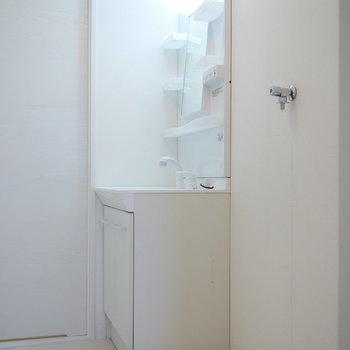 清潔感のある真っ白な洗面台
