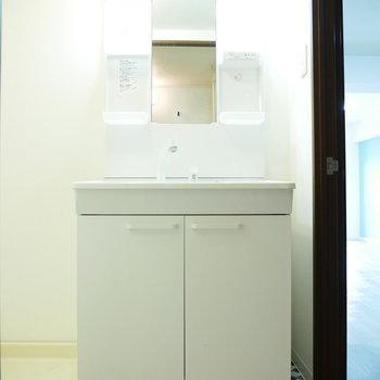 洗面台はオールホワイト。床のタイル柄のクッションフロアがかわいらしい
