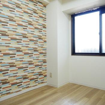 洋室はポールスミスみたいな色の壁紙