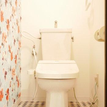 トイレは壁紙がかわいいお花柄