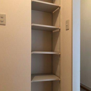 小さな棚も付いてます。