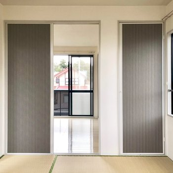 【和室】洋室へ続く扉。※写真は通電前のものです