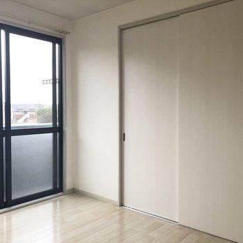 【洋室右】扉を閉めると…※写真は通電前のものです