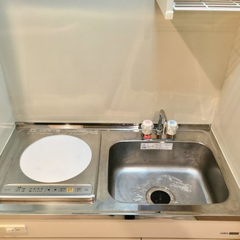 IHの1口コンロ。左のスペースに冷蔵庫が置けます。