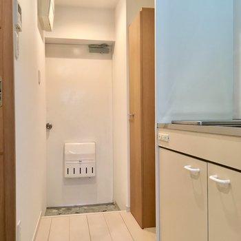お部屋を出ると右手にキッチン。
