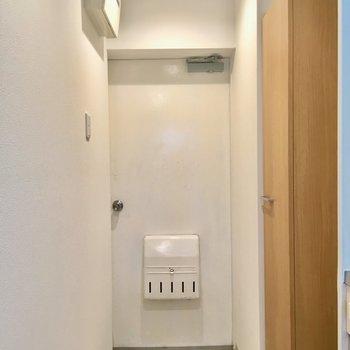 玄関はスッキリ白色。