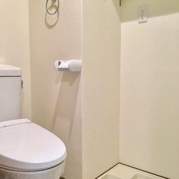 トイレ兼脱衣所。右側にお風呂場があります。