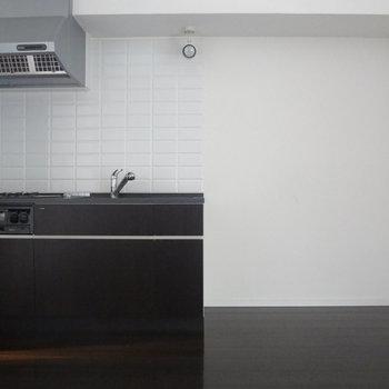 こちらはリビング。キッチン周りは広々。※写真は2階の反転間取り別部屋のものです