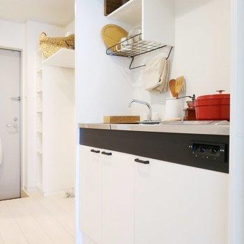 キッチン収納は上にも下にもしっかりと。