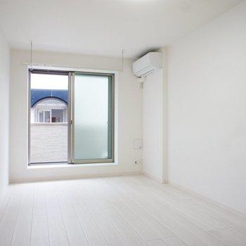 角度変えたって白いわな ※写真は1階の同間取りの別部屋です