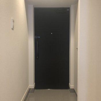 玄関広々としていて、その横には