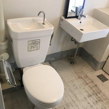 小さめですが洗面台もあります!収納がないので工夫が必要(※写真は清掃前のものです)