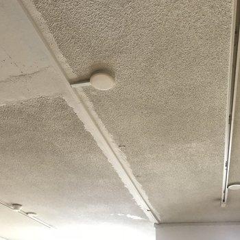 むき出しの天井、かっこいい!(※写真は清掃前のものです)