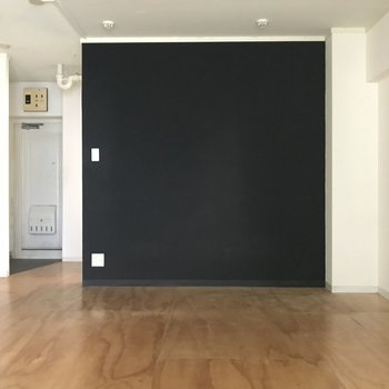 黒の壁がアクセント(※写真は清掃前のものです)