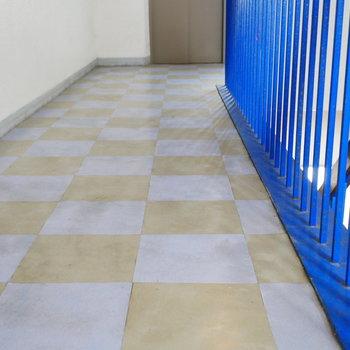 この市松模様と階段手摺のビビットなブルーがすきな組み合わせ