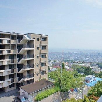 横を見ると神戸の街並み