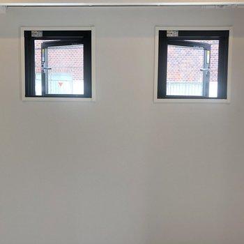 2つの窓正面から見るとなんだか可愛い