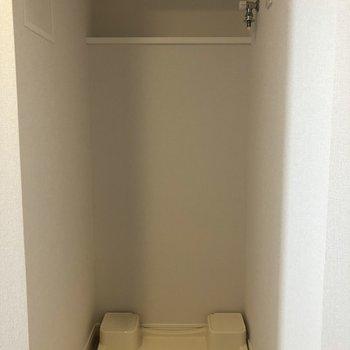奥に洗剤が置けそうな棚があります