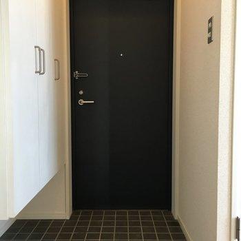 ネイビーの扉にタイルはずるい!かわいい!