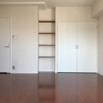お部屋は白と濃いめのブラウンで落ち着いた雰囲気。