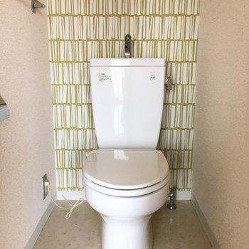 トイレのクロスは、お部屋と色違い。