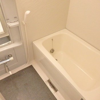お風呂は普通サイズですが追い焚き・浴室乾燥機付き。※3階の同じ間取りの別部屋の写真