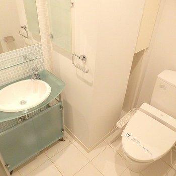 涼しげなブルーのタイルがかわいらしい独立洗面台とウォシュレット付きのトイレ。※3階の同じ間取りの別部屋の写真