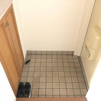 玄関は白タイル※2階の同じ間取りの別部屋の写真