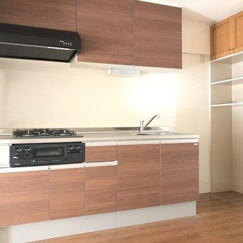 キッチンも広いですね。奥に収納棚あります※2階の同じ間取りの別部屋の写真