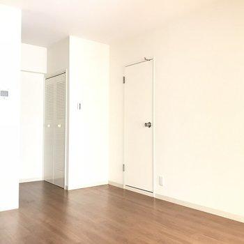 ダイニングはこんな感じ。左手手前にキッチンがあります。※2階の同じ間取りの別部屋の写真