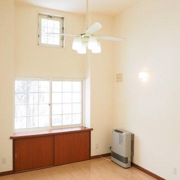 天井が高く開放感があります※写真は別室です