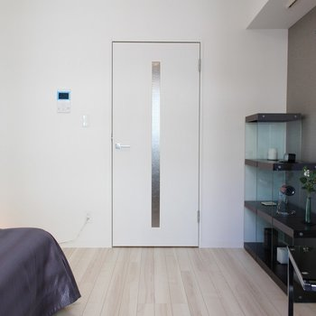 ベッドが入るとやはりコンパクト※家具は展示物です ※3階反転間取り別部屋の写真です