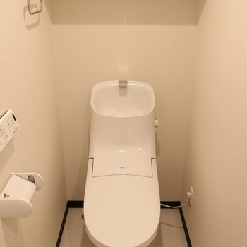 スタイリッシュなトイレ ※3階反転間取り別部屋の写真です