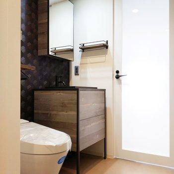 独立洗面台はウッド調でこれまた素敵。