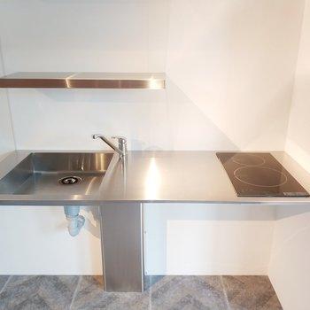 キッチンは2口IHで調理スペースも広いです◎