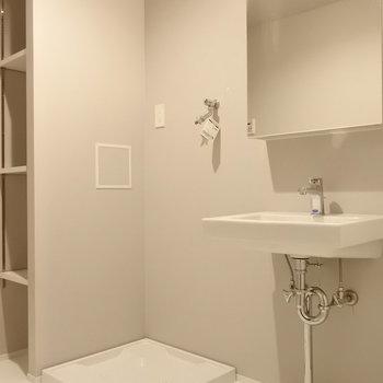 脱衣所はシンプルに、ね。間接照明が良い感じ。※写真は別室です
