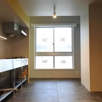 キッチンの奥に窓があるのがいいですね〜!※写真は別室です