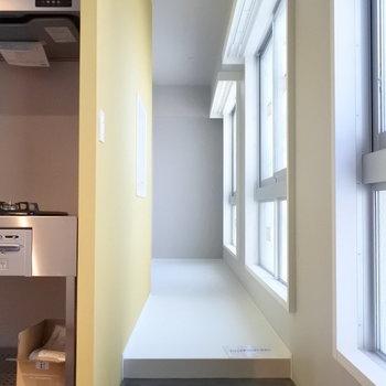 キッチンの奥は居室に繋がる廊下があるのです。※写真は別室です