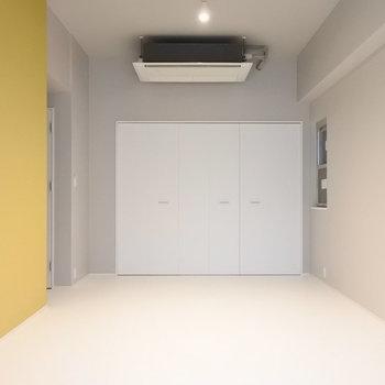 イエローがお部屋のアクセント。それ以外はとってもシンプル。※写真は別室です