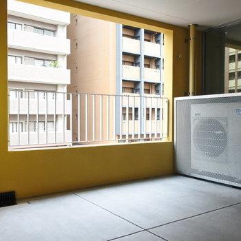 玄関扉を開けると、広いインナーバルコニー。居室との壁はガラスです。※写真は別室反転です