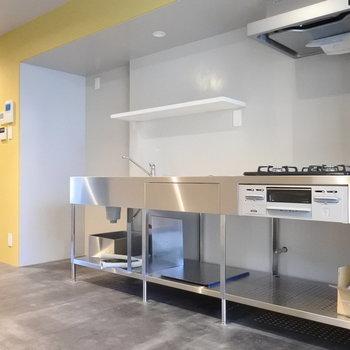 何度みてもお洒落なキッチン。冷蔵庫もシルバーの大きいの置きたい。※写真は別室です
