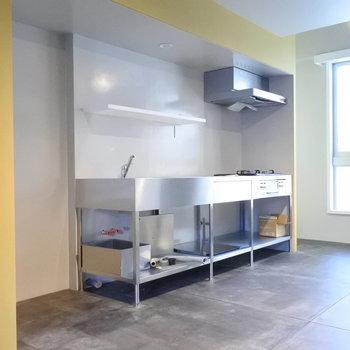 デザインスタジオの様なステンレスキッチンがかっこいい。※写真は別室です