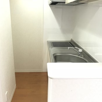 ちゃんと冷蔵庫スペースも完備!ミニカウンターが付いてます♬