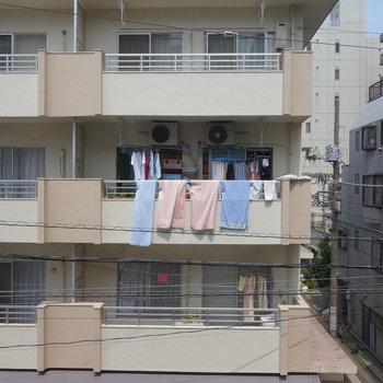 眺望はお隣のマンションです。距離はありますよ。