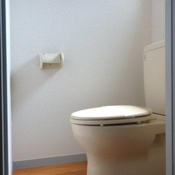個室トイレには窓ありますよ。 ※通電前の写真です