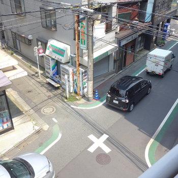 見下ろすと、抜け道なのか車がひっきりなしにやってきます。