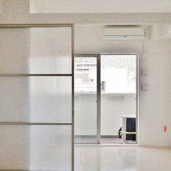 扉を開けっ放しにしてワンルームぽく使うのも◎※写真は別室のもの。