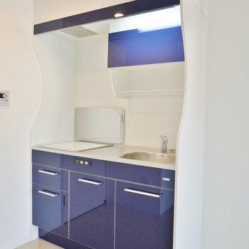 ブルーのキッチンが際立っています※写真は別室のもの。
